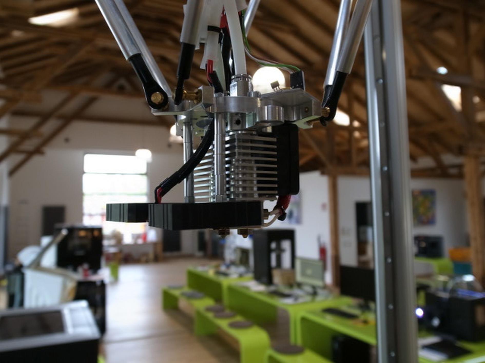 Der Druckkopf ist in der Standard-Ausführung mit einer 0,8 mm weiten Düse ausgestattet, mit der der aufgeschmolzene Werkstoff aufgetragen wird. Verwendet werden können dazu verschiedene Materialien einschließlich PLA und ABS.