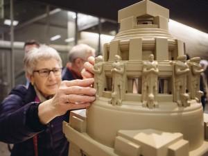Frau Lehmann vom Blinden- und Sehbehindertenverband Sachsen e.V. ertastet zum ersten Mal die Kuppel des Völkerschlachtdenkmals. © Rapidobject GmbH
