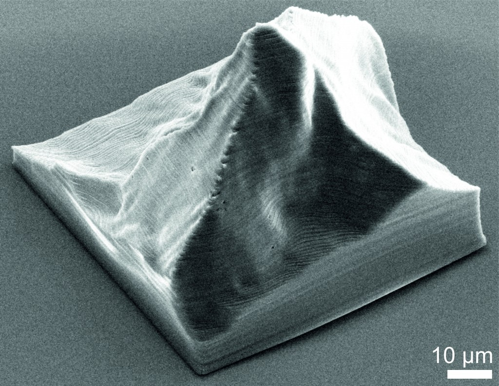Mit einem Elektronenmikroskop erstellte Aufnahme eines 3-D-Modells des Matterhorns. Der eingezeichnete Balken entspricht 10 Mikrometern, also einem Hundertstel eines Millimeters (Abbildung: Paul Scherrer Institut).