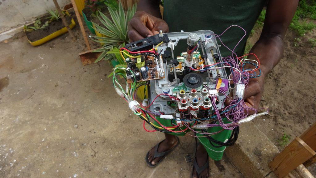 west afrika woelab baut aus elektroabfall 3d drucker und roboter. Black Bedroom Furniture Sets. Home Design Ideas
