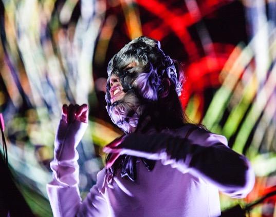 """Björk trägt die von Stratasys 3D-gedruckte Maske während der Eröffnungsveranstaltung ihrer Veranstaltungsreihe """"BJÖRK DIGITAL"""" in Tokio, dem ersten Event, das jemals live durch einen 360-Grad Virtual Reality-Stream übertragen wurde"""