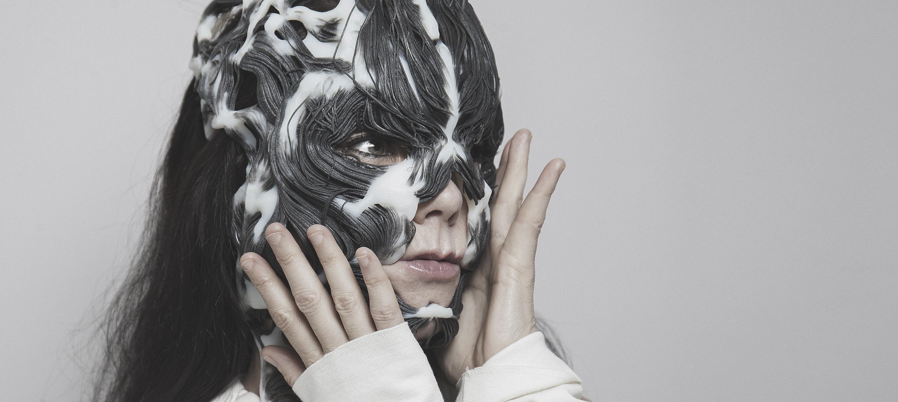 """Björk und die 3D-gedruckte Maske """"ROTTLACE"""", entworfen von Neri Oxman und THE MEDIATED MATTER GROUP, produziert mit Multimaterial- und Multifarb-3D-Drucktechnologie von Stratasys"""