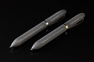 Lattice Cubed Pen and Pencil 300x200 - Lattice Cubed von SALVO: 3D-gedruckter Titanstift in Gitterstruktur
