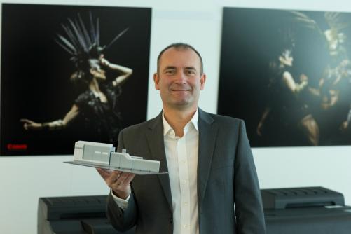 Canon Accountmanager mit einem Modell einer industriellen Digitaldruckanlage