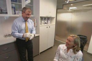 3D Druck Oberkieferimplantat l%C3%A4cheln 300x200 - 3D-gedrucktes Oberkieferimplantat lässt Australierin wieder lächeln