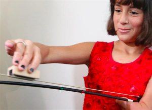 M%C3%A4dchen Violine 3D Druck Armprothese 300x217 - 10-jähriges Mädchen kann dank 3D-gedruckter Armprothese Geige spielen