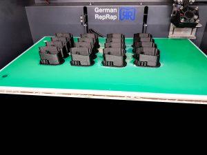 Der German RepRap X350 bei der Serienproduktion von 16 Teilen gleichzeitig 300x225 - X350 und X400 3D-Drucker leisten Serienproduktion von 40.000 Teilen für Automobilbranche