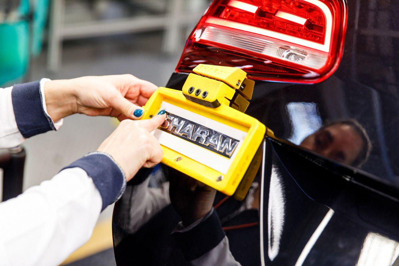 3D printed liftgate badge volkswagen autoeuropa 3d druck ultimkaer 1 - Volkswagen Autoeuropa setzt auf 3D-Druck bei Werkzeugherstellung für Montage