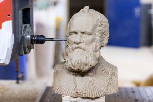 05 Artec 3D Herstellung der Holzfigur von Alfred Escher durch die Fr%C3%A4se 2 300x200 - Aktion für mehr Schweizer Holz: Helvetische Persönlichkeiten als Holzstatuen