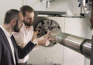 Teamarbeit: Engineering-Manager Andres Veldman von IHC Vremac Cylinders B.V. und Wissenschaftler Thomas Schopphoven leisten Pionierarbeit. © Fraunhofer-Gesellschaft, München.