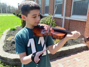 julian violine 3Ddrucker 300x225 - Julian kann mit 3D-gedruckte Hilfe Violine spielen