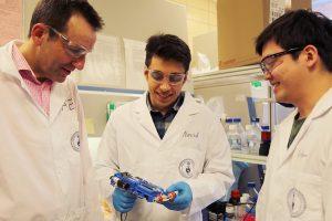 Forscher Universität Toronto Axel Guenther Navid Hakimi und Richard Cheng 300x200 - Forscher der Universität Toronto entwickeln tragbaren 3D-Hautdrucker