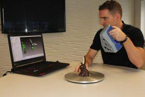 07 Artec 3D J%C3%B6rg Nussbaum scannt einen Schokohasen 300x200 - Schokohase im 3D-Mantel