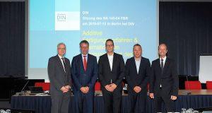 """Wichtige Branchenvertreter gründeten den NA 145 04 FBR """"Fachbereichsbeirat Additive Fertigungsverfahren"""" und wurden vorab von Rüdiger Marquardt, Mitglied des Vorstandes von DIN, begrüßt."""