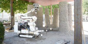 Der Roboter verarbeitet Schotter und Schnur zu stabilen Säulen. (Bild: Gramazio Kohler Research / ETH Zürich)