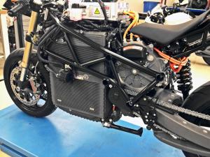 7.battery housing aluminium ondisplay MOD LORES 300x225 - Die Technologien der CRP Meccanica und CRP Technology im Dienst  des ersten italienischen Elektro-Sportmotorrads