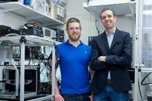 Adam Stevens und John Hart 300x200 - MIT-Entwicklungen: Ein schnellerer 3D-Drucker und antibakterielle 3D-gedruckte Zellulose