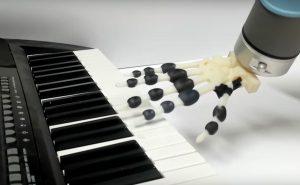 roberter hand 300x185 - 3D gedruckte Roboterhand spielt Jingle Bells am Piano