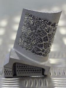 Demonstrationsartefakt mit unterschiedlichen Orientierungen von Mesostrukturen 225x300 - Schadentolerante, von der Kristallmikrostruktur inspirierte Materialien - Metakristalle