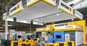 An seinem Messestand auf der Industrial Supply erklärt REYHER die Möglichkeiten des Rapid Prototypings in der Fügetechnik (Foto: Fotoatelier Fricke / F. REYHER Nchfg. GmbH & Co. KG)