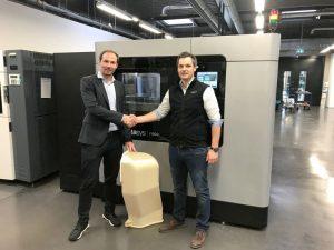 André Bialoscek, Head of Vehicle Physical Integration Hennigsdorf, Bombardier, mit einem 3D-gedruckten Luftkanal, gemeinsam mit Dominik Müller, Strategic Account Manager bei Stratasys