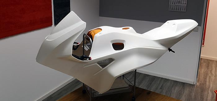 Motorradverkleidung, die in zwölf Einzelteilen gedruckt, mit Plasma behandelt und verklebt wurde