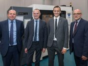 Auf dem Bild neben der Stratasys F900 sind (von links) – Ian Barton, Head of Strategy & Investment Planning, BAE Systems; Andrew Schofield, Head of Manufacturing & Materials Engineering, BAE Systems; Yann Rageul, Head of Strategic Accounts EMEA, Stratasys; und Simon Whitaker, Technology Operations Manager, BAE Systems