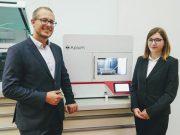 Apium-Geschäftsführer Uwe Popp und Apium-Ingenieurin Michaela Lücker bei der Eröffnung des medizinischen 3D-Druck-Zentrums in Graz