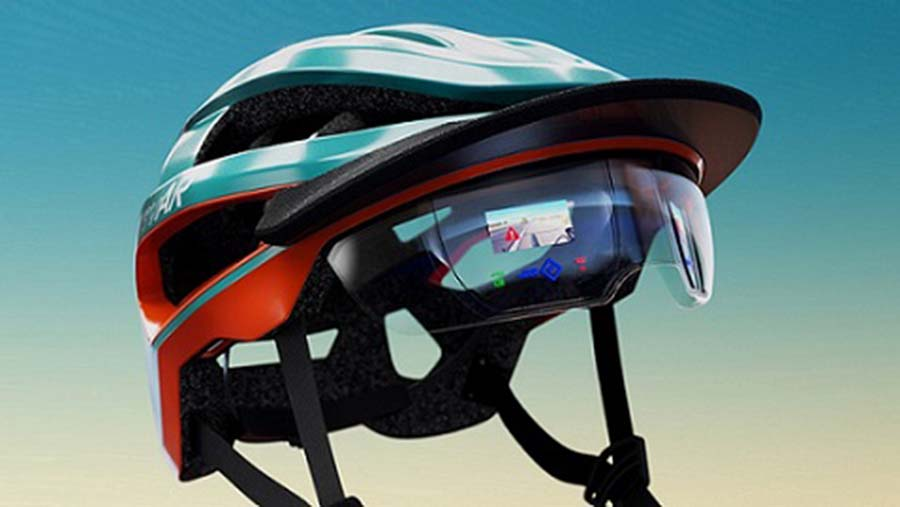 Modell eines Fahrradhelms mit komplexer AR-Technologie innerhalb des durchsichtigen Visiers sowie mit Blinkleuchten und auffälligen Designtexturen – 3D-gedruckt von Thinkable Studio auf der J55